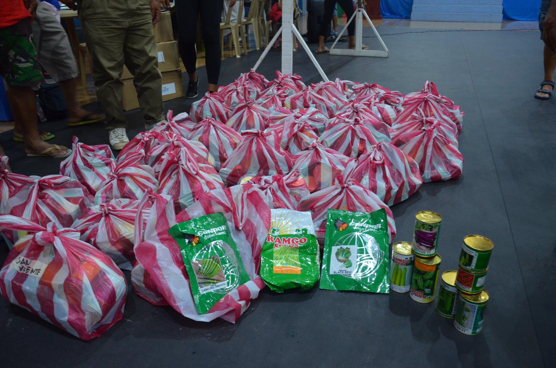 Tulong pa rin mula sa DA: Libreng vegetable seeds at organic 'fertilizer' ipinamahagi sa mga magsasaka
