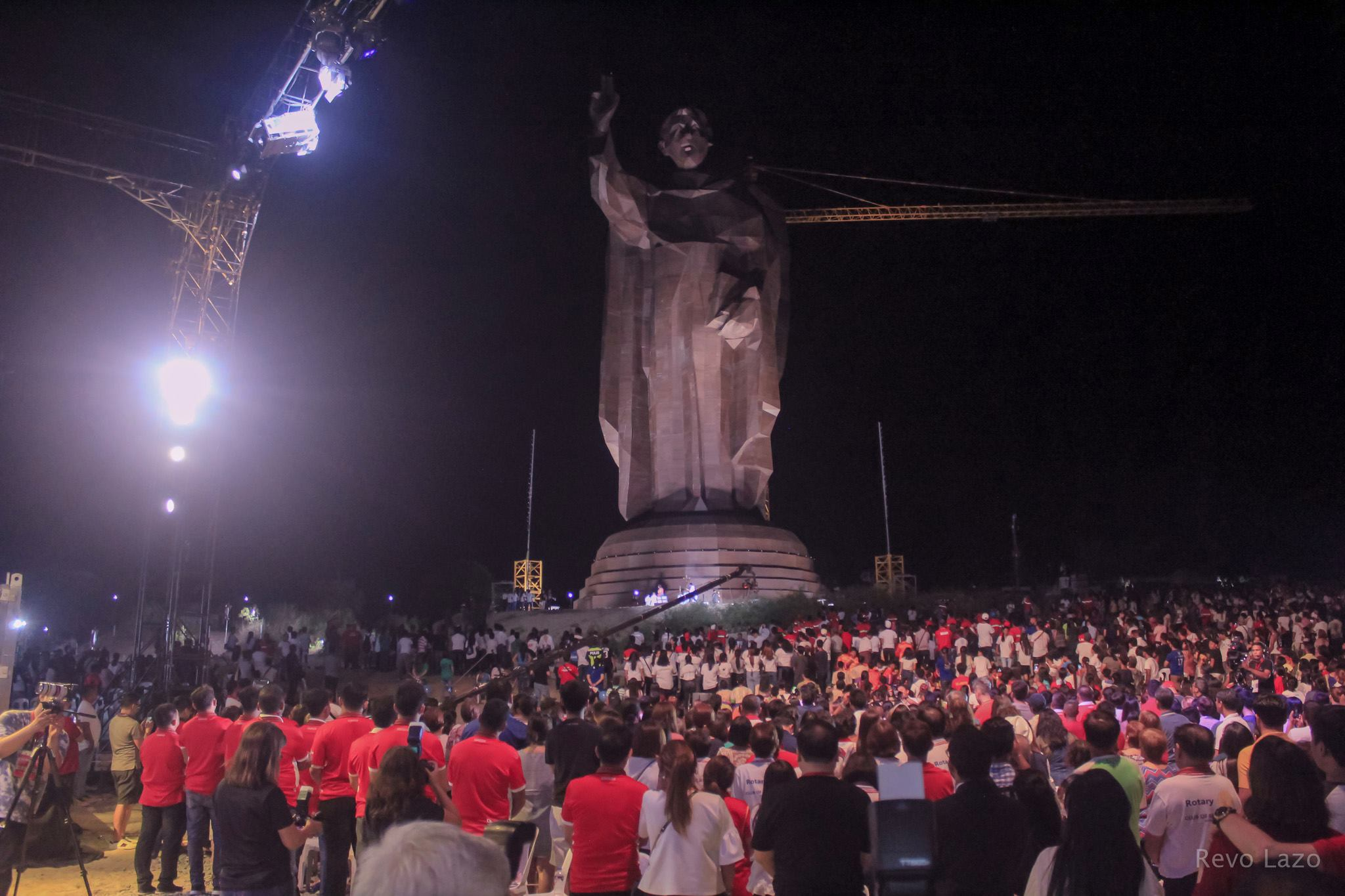 "Bayambangueños Walk in Faith; St. Vincent Ferrer Statue Dubbed World's ""Tallest Bamboo Structure (Supported)"""
