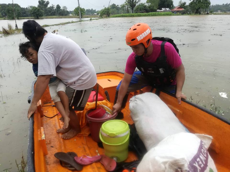 Bayambang MDRRMO rescues flood-stricken barangay folks