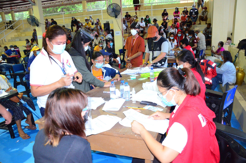 Seniors, Drivers, Vendors, Atbp., Tumanggap ng Ayuda mula sa DSWD Assistance in Crisis Situation